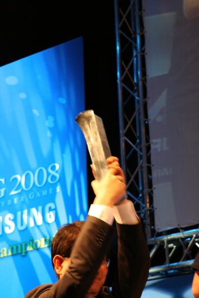Samsung CEO handing over the trophy to team UK.