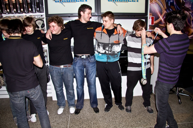 Na`Vi receiving their medals