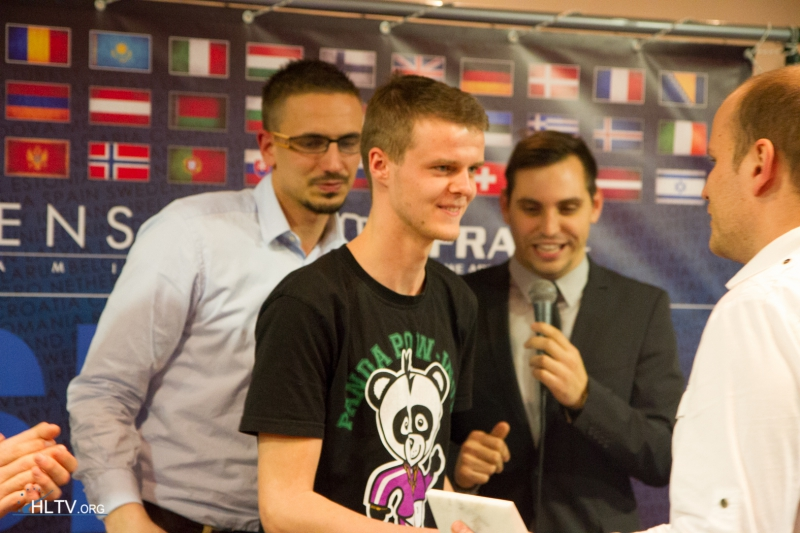 Xyp9x receiving his MVP trophy