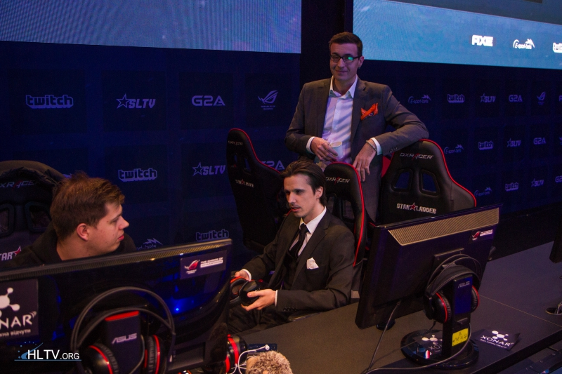 karrigan chatting with vENdetta and Semmler before the NiP match