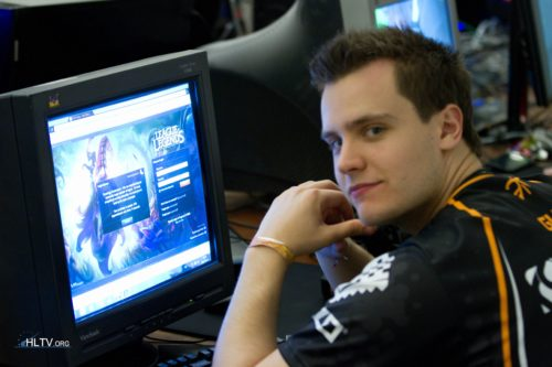 Gux playing some League of Legends in the break