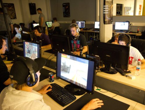 Yellow team's EDMUND facing White team featuring kevyt, allu, zabaz and STOVVE in the picture