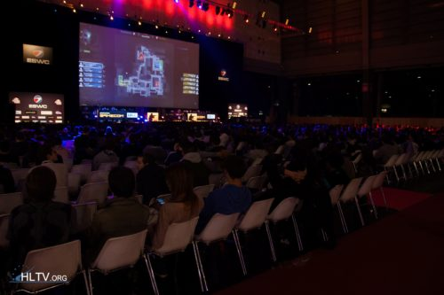 Crowd at ESWC France 2012 grand final watching the nations best battle it out