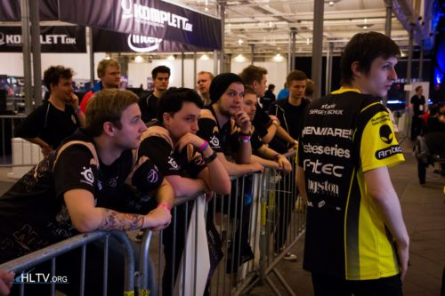 NiP players looking at Na`Vi