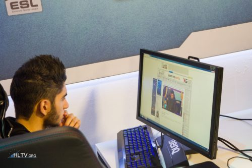 ScreaM checking out a picture of himself on HLTV.org