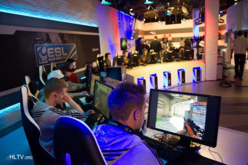 CPH Wolves and fnatic ready to begin their decider match of Group A