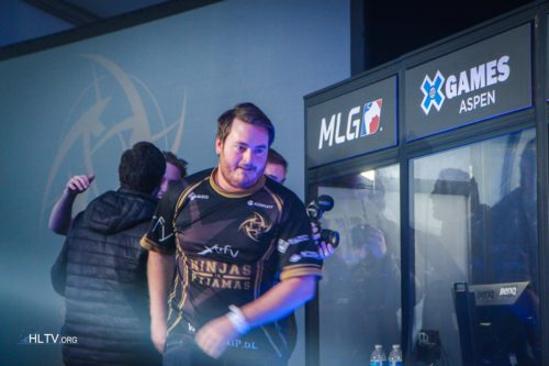 friberg on his way to shake hands with fnatic