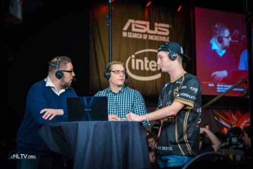Maikelele at the analyst desk with Richard Lewis and zet