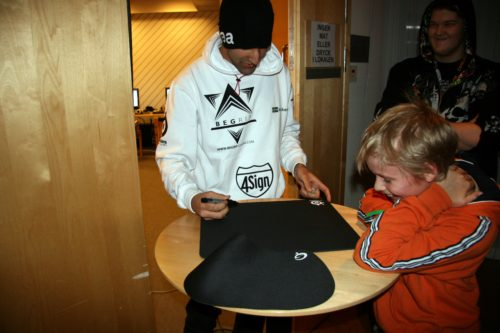 kvicken from Begrip got a fanboy. He's signing mousepads to please him.